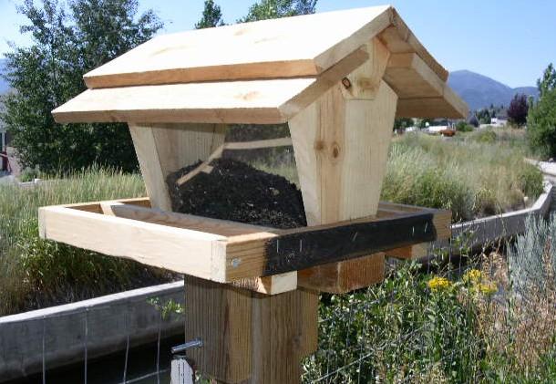 Temporarily Attach Birdfeeder To Post Or Deck Rail